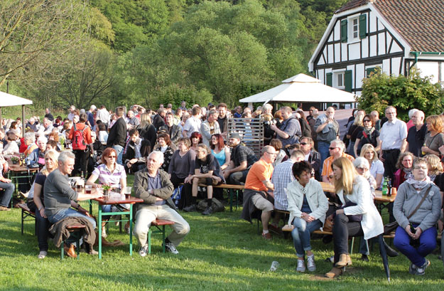 16 folk am fluss 2014