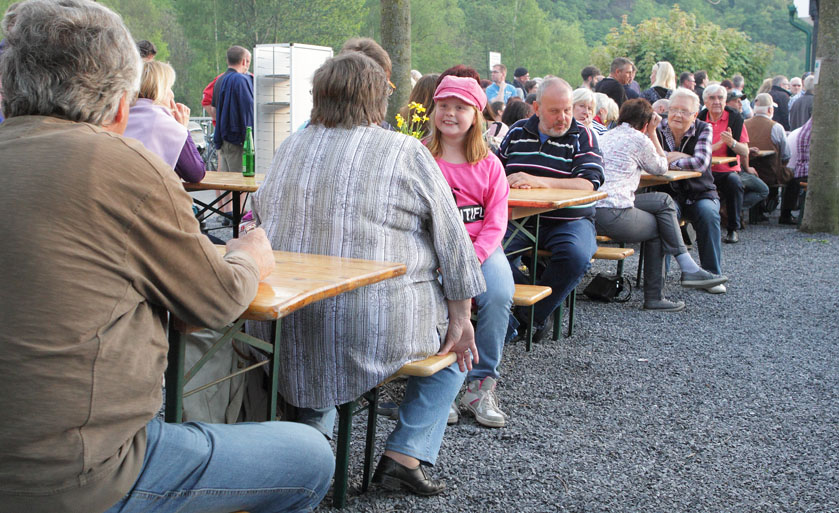 46 folk am fluss 2014